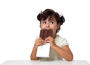Bambina mangia cioccolato nero