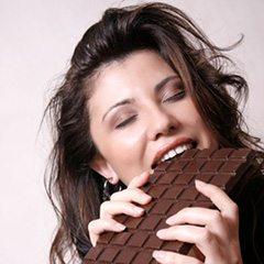 Donna che mangia cioccolato