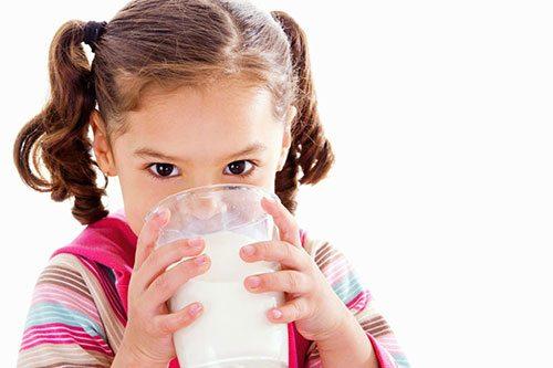 Bimba in buona salute che beve latte