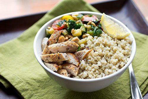 ciotola con quinoa, pollo, broccoli
