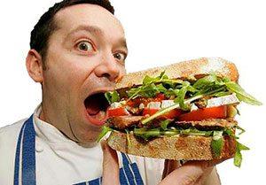 Ragazzo affamato sta per mangiare un mega panino