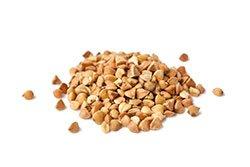 semi di grano saraceno su sfondo bianco