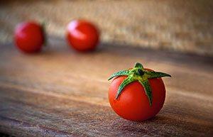 Pomodoro su tagliere in primo piano