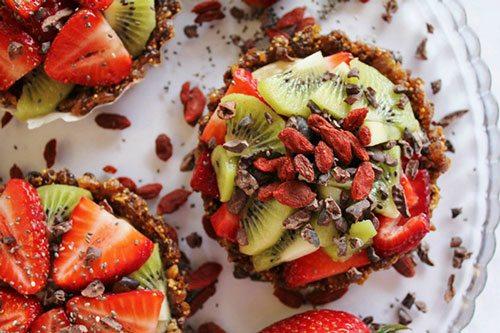 tartine con bacche di goji, kiwi, fragole e semi di chia