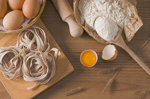 Uova e altri ingredienti per tagliatelle fatte in casa