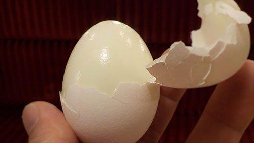 Uovo sodo tenuto in mano
