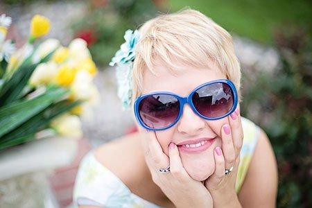 Ragazza con occhiali da sole che sorride