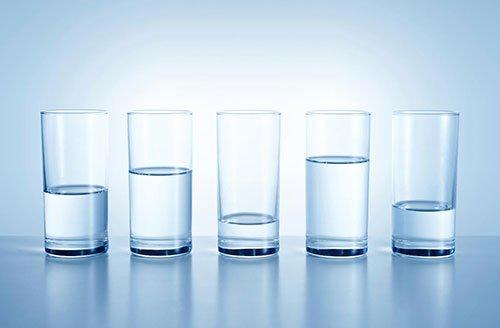 5 bicchieri di acqua riempiti a diversi livelli