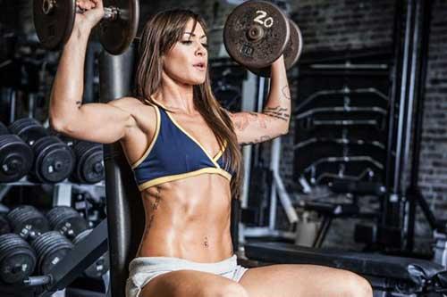 Sia uomini che donne possono fare i pesi e allenare la forza