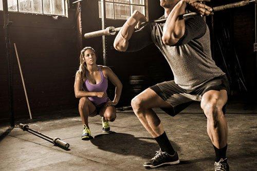 La forza e l'allenamento con i pesi aiutano a costruire i muscoli