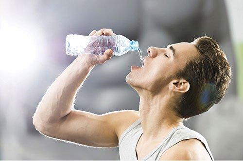 Uomo che si idrata bevendo acqua