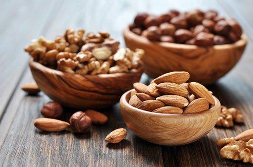 Sebbene la frutta secca contenga alcune proteine, aiuta a far crescere i muscoli quando abbinata ad esercizi che stimolano i muscoli