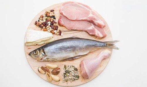 Puoi assumere proteine dalla carne rossa, pollame, frutti di mare, latticini, uova e molti alimenti vegetali.