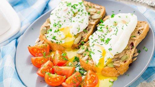 Uova in camicia su pane tostato
