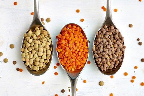 3 varietà di lenticchie nei rispettivi cucchiai