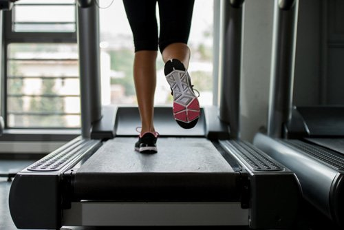 L'allenamento a intervalli (interval training) può aumentare il consumo di calorie, favorendo la perdita di peso complessiva.