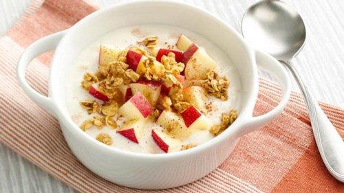 Scodella di yogurt greco con mele, noci e cannella